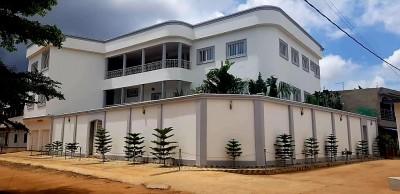 Splendide villa de 12 chambres , 3 salons, 3 cuisines , avec titre foncier