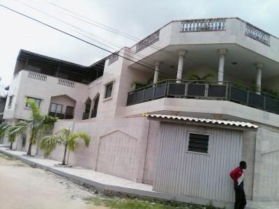 Superbe villa R+2 de  8 chambres avec titre foncier